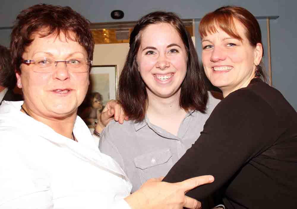 War glücklich für ein Jahr in Gießen zu sein: Die Austauschstudentin aus den USA, Allison Haskins (Mitte) mit der der Studentenaustausch-Beauftragten Kerstin Ruppel (rechts) und Vorstandsmitglied Evi Schmadel vom Deutsch-Amerikanischen Klub DIE BRÜCKE Gießen-Wetzlar.