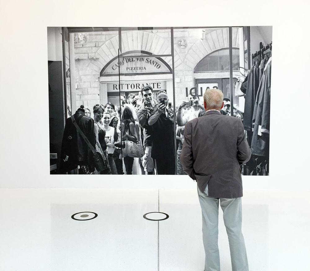 """Der Beobachter! Brücke-Gast in de Leica-Ausstellung von Lenny Kravitz unter dem Titel """"Flash"""" in Wetzlar"""