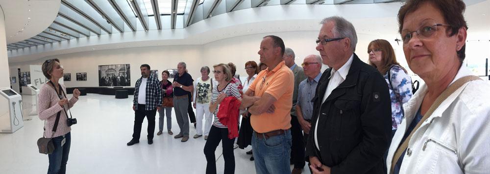 Modern und hell. So präsentiert sich Leica seinen Gästen, hier die Brücke-Gruppe bei der Führung.