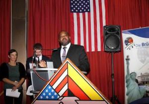 Bradrick Graves vom US-Generalkonsulat in Frankfurt überbrachte Glückwünsche