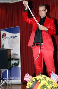 Magier Carsten Skill verzauberte die Zuschauer beim Brücke-Festabend