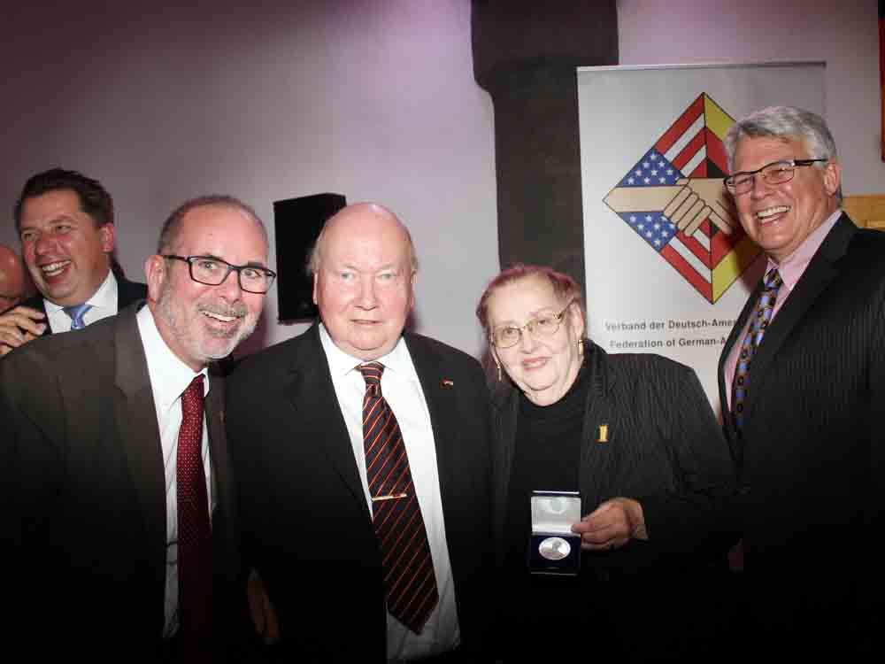 Brücke-Präsident Roger Schmidt gemeinsam mit Mercedes und Peter Wild (Mitte) sowie US-Generalkonsul in Frankfurt, James W. Herman (rechts)